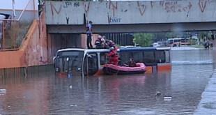 Temporal faz rio transbordar e arrastar carros e ônibus em Bauru