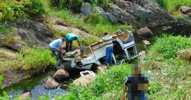 A BA-120, que liga a BR-330 ao município de Gongogi, registrou um acidente na noite deste domingo (11). Um Fiat Doblô, placa OLE 1428, licença de Salvador, caiu dentro de um rio após passar num trecho sinuoso, à cerca de 2 km de Gongogi.