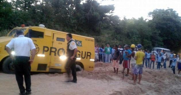 Carro forte fica atolado na estrada de Maraú.