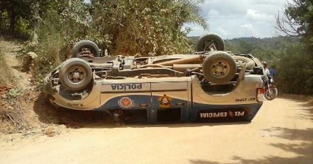 Viatura da PM de Gandu capota e deixa dois policiais feridos
