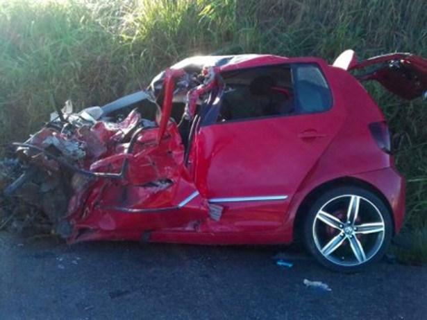 Batida de frente com caminhão mata jovem na BR-101, interior da Bahia