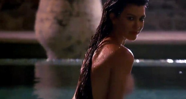 Kourtney Kardashian posa completamente nua dentro de piscina; assista