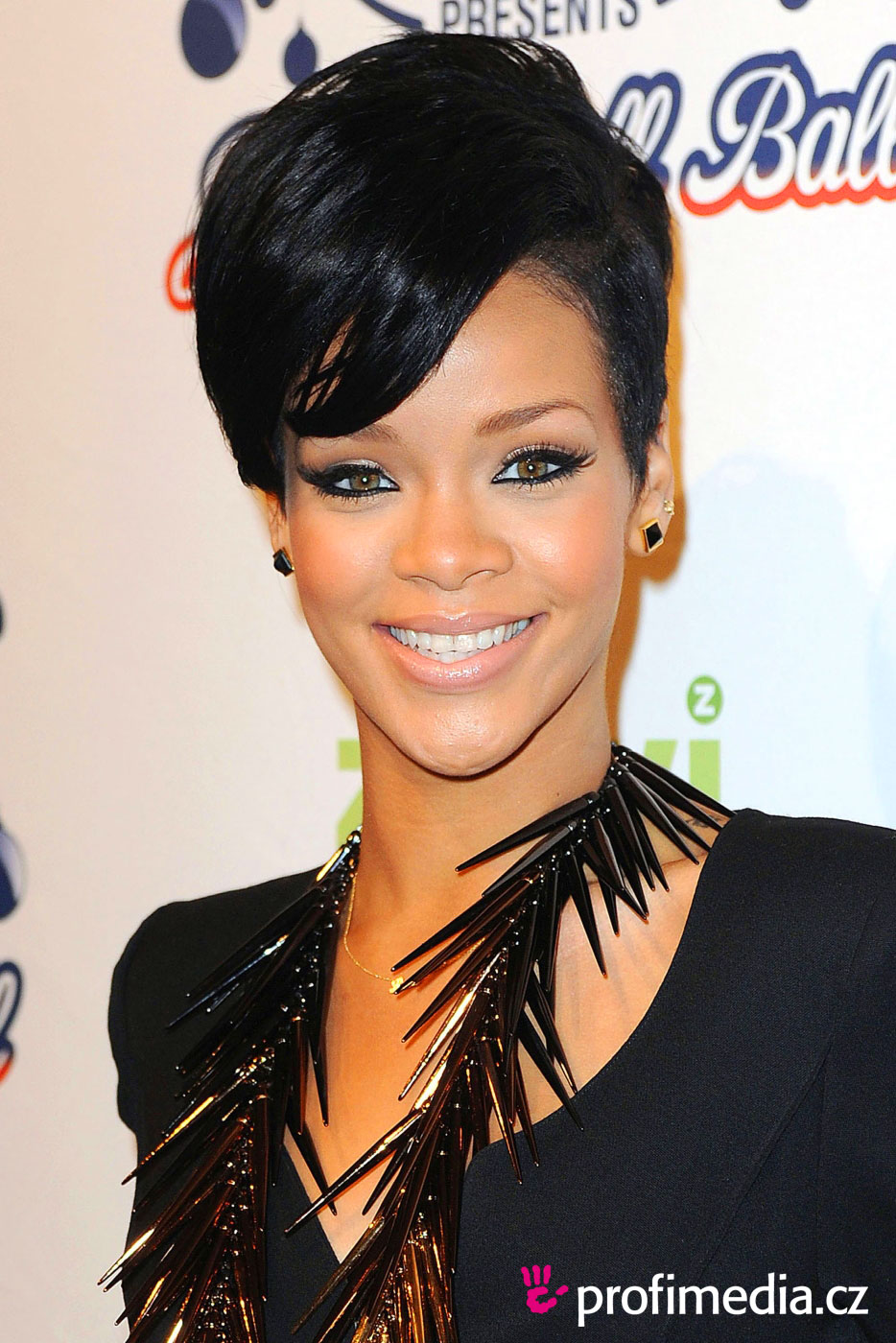 Rihanna  Her Extraordinary Hairstyle Look  SloDive