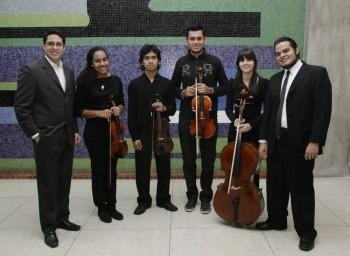 Integrantes de la orquesta junto a sus directores