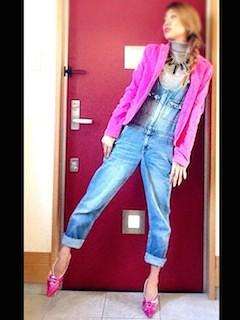 2ピンクのテーラードジャケット×オーバンオール×ハイヒール