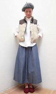 1ベージュのダウンベスト×白ブラウス×マキシ丈スカート