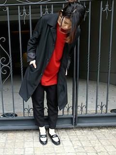 10黒のステンカラーコート×赤ニット×黒パンツ