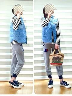 2青のダウンベスト×ボーダーTシャツ×スゥエットパンツ