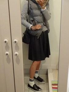 5グレーのダウンベスト×グレートレーナー×黒フレアースカート