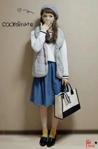 8グレーのダウンベスト×白トップス×青フレアースカート
