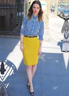 1ギンガムチェックシャツ×黄色タイトスカート×サンダル