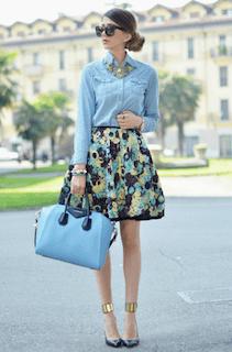10デニムシャツ×花柄ミニスカート×ハンドバッグ