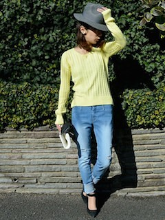 2黄色の春ニット×デニム×ソフトハット