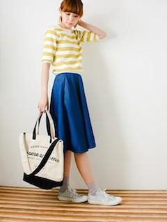 4ネイビーのフレアスカート×黄色ネイビーTシャツ×トートバッグ