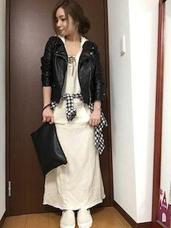 5白ロングワンピース×レザージャケット×黒クラッチバッグ