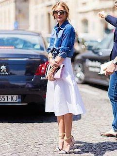 7デニムシャツ×白ミドル丈スカート×ヒール