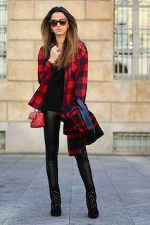 9赤シャツ×黒ニット×革パンツ
