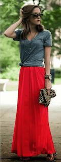 10赤マキシ丈スカート×グレーTシャツ