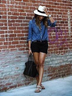 2黒ショートパンツ×デニムシャツ