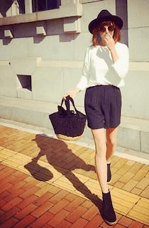 3黒ショートパンツ×白長袖トップス