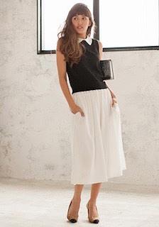 10黒のポロシャツ×白フレアロングスカート×ヒール