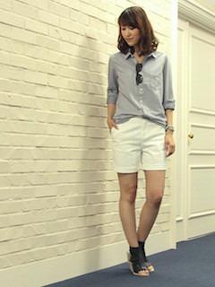 7グレーシャツ×白ショートパンツ