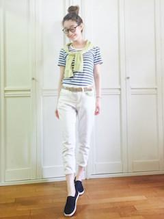 8黒のスリッポン×青白ボーダーTシャツ×白パンツ