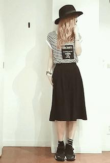 4ボーダーTシャツ×黒ミモレ丈スカート