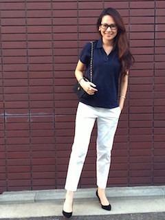 8ネイビーのポロシャツ×白パンツ×黒ヒール