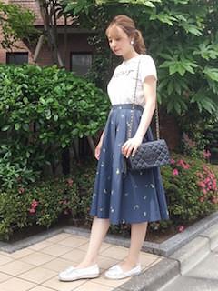 7白Tシャツ×ネイビーフレアスカート