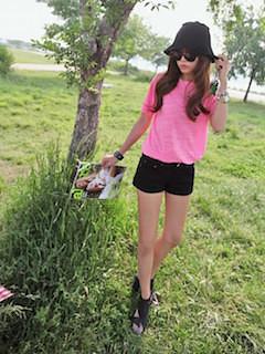 9ピンクTシャツ×黒ショートパンツ