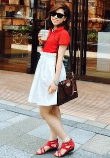 2赤のポロシャツ×白フレアスカート×赤フラットサンダル