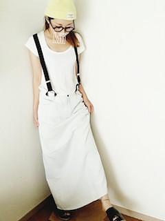 レモンイエローのニット帽×白のシャツ×白のスカート
