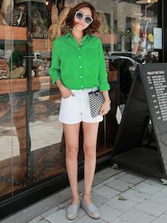 8グレーのスリッポン×緑シャツ×白ショートパンツ