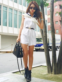 8白のオールインワン×スカーフ×黒ショートブーツ