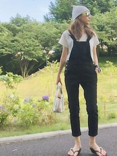8黒のサロペット×白Tシャツ×ビーチサンダル