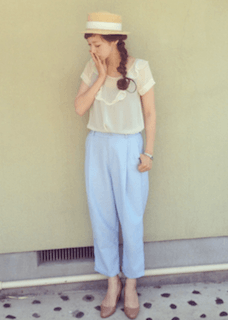 カンカン帽×白のシャツ×水色のパンツ
