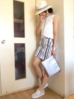 3レディースクラッチバッグ×白ノースリーブ×ストラプタイトスカート