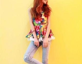 5花柄のチュニック×サックスカラージーンズ