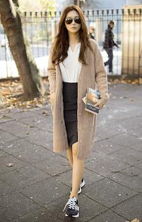3ベージュのカーディガン×白トップス×タイトスカート