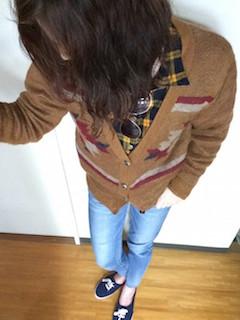 4茶色のカーディガン×チェックシャツ×ジーンズ