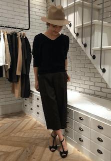 4黒のニットセーター×ロングタイトスカート×ハット
