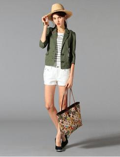6緑のテーラードジャケット×ボーダーTシャツ×白ショートパンツ