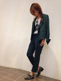 7緑のテーラードジャケット×グラッフィクTシャツ×ネイビーパンツ