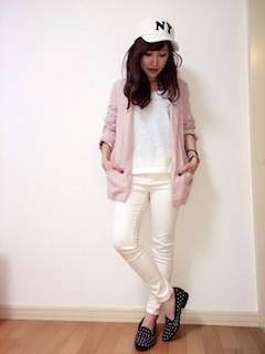1ピンクのテーラードジャケット×白ニット×白ジーンズ