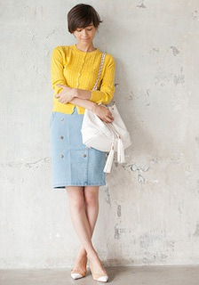 7黄色のカーディガン×デニムタイトスカート×白ショルダーバッグ