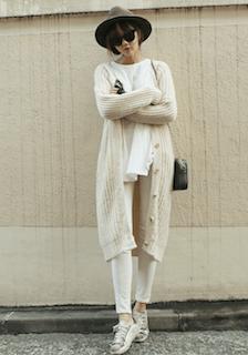 白のカーディガン×白のTシャツ×白のデニムパンツ