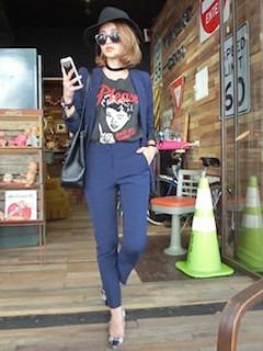 11ネイビーのテーラードジャケット×デザインTシャツ×ネイビーパンツ
