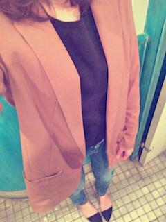 8ピンクのテーラードジャケット×黒トレーナー×ジーンズ
