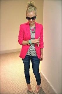 6ピンクのテーラードジャケット×ドット柄トップス×デニムパンツ